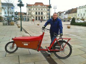 Alfred Kaiblinger mit seinem Lastenrad auf dem Hauptplatz in Tulln | Foto: Karl Zauner