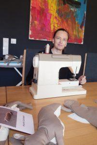 Martina Feirer beim Nähen der Hasen. Die kreative Wiener Neustädterin ist Passivhaus-Pionierin im Team der AAP-Architekten, Kinderbuch-Autorinund engagierte Klimaschützerin. Auf ihrem Gartenzaun prangt seit Jahren ein riesiges Klimaschutz-Transparent.
