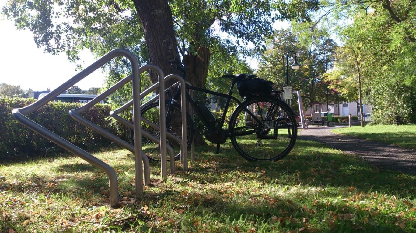 Foto eines Radständer in einem Park
