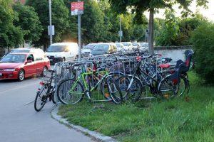 Absperrgitter als mobiler Fahrradparkplatz