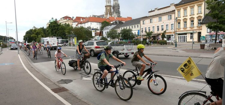 """Mehr als 100 Menschen bei der Radparade """"Platz für Klosterneuburg"""""""